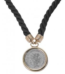 Collana filo seta con ciondolo moneta argento montata in oro